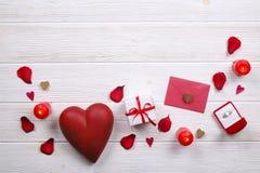 Jour de valentines/concept heureux symboles d'amour sur le fond en bois blanc de texture Photos libres de droits