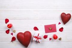 Jour de valentines/concept heureux symboles d'amour sur le fond en bois blanc de texture Photographie stock libre de droits
