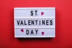 Jour de valentines/concept heureux symboles d'amour sur le fond rouge lumineux Images libres de droits