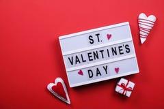 Jour de valentines/concept heureux symboles d'amour sur le fond rouge lumineux Photos stock