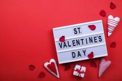 Jour de valentines/concept heureux symboles d'amour sur le fond rouge lumineux Photos libres de droits