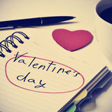 Jour de valentines de café et des textes dans un carnet, filtré Photographie stock