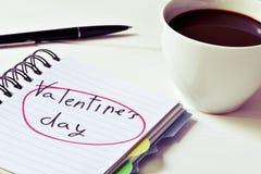 Jour de valentines de café et des textes dans un carnet, filtré Photographie stock libre de droits