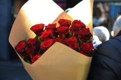 JOUR DE VALENTINES DE ROSES ROUGES Photographie stock libre de droits