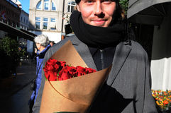 JOUR DE VALENTINES DE ROSES ROUGES Photos libres de droits