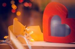 Jour de valentines en bois de coeur et d'arc Images libres de droits