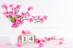 Jour de valentines et concept d'amour Plum Peach Blossom rose dans le vase avec le texte du 14 février sur le calendrier de bloc  image libre de droits