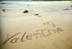 Jour de valentines heureux ! écrit en sable Photo stock
