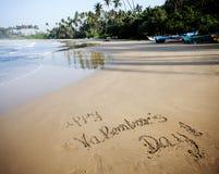Jour de valentines heureux ! écrit en sable sur la plage tropicale Image stock