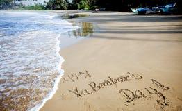 Jour de valentines heureux ! écrit en sable sur la plage tropicale Photo stock