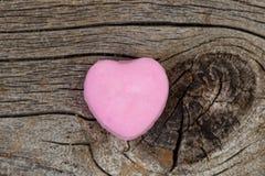 Jour de valentines heureux avec la sucrerie en forme de coeur rose simple sur la rouille Photo libre de droits