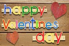 Jour de valentines heureux de salutation cloué en bois des textes avec deux coeurs Photographie stock libre de droits