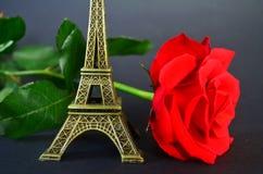 Jour de valentines heureux rose de rouge et Tour Eiffel Image stock