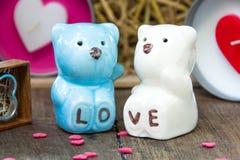 Jour de valentines, le couple en céramique concerne le bois Images libres de droits