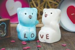 Jour de valentines, le couple en céramique concerne le bois Photo stock