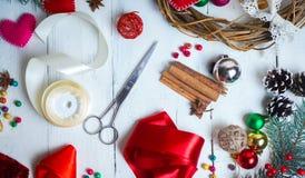 Jour de valentines, Noël fait main ou décorations de mariage peinture et outils diy sur le bois blanc Vue supérieure Photos stock