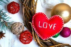 Jour de valentines, Noël fait main ou décorations de mariage peinture et outils diy sur le bois blanc Vue supérieure Photos libres de droits