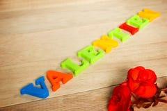 Jour de valentines - rose et mots de rouge faits à partir des lettres colorées Images libres de droits