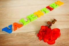 Jour de valentines - rose et mots de rouge faits à partir des lettres colorées Photographie stock libre de droits