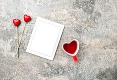 Jour de valentines rouge de thé de decoartion de coeurs de tablette Photographie stock libre de droits