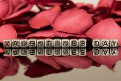 Jour de valentines sur des perles avec des pétales de rose Image stock