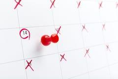 Jour de valentines sur le calendrier avec la goupille rouge Images stock