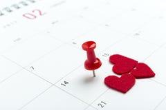 Jour de valentines sur le calendrier avec la goupille rouge Photos libres de droits