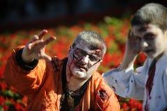 Jour de zombi de la marche complètement Images stock