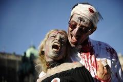 Jour de zombi de la marche complètement Photos stock