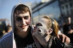 Jour de zombi de la marche complètement Image stock