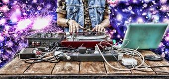 Jour DJ du monde , mélangeur de musique du DJ jouant le bruit de partie de plan rapproché Photographie stock