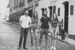 Jour doux de vacances Concept de luxe de célébration Les amis sourient sur la rue de ville, style urbain Photos stock