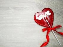 Jour doux du ` s de valentine d'amour de lucette de coeur sur le vieux backgrou en bois Photographie stock libre de droits