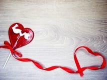 Jour doux du ` s de valentine d'amour de lucette de coeur sur le vieux backgrou en bois Photos stock