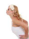 Jour du mariage Baisers heureux de jeune mariée de portrait Images stock