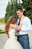 Jour du mariage Belle jeune mariée dans les bras du marié Amusement heureux Coulple image stock