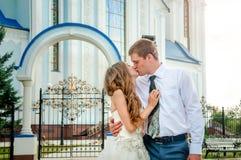 Jour du mariage Couples de baiser heureux Portrait en gros plan Photo libre de droits