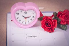 Jour du mariage de rappel à la planification et au coeur de calendrier Images stock