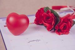 Jour du mariage de rappel à la planification et au coeur de calendrier Images libres de droits