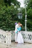 Jour du mariage extérieur Jeunes mariés heureux, amour, baiser Lanterne Photos libres de droits