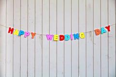 Jour du mariage heureux d'inscription sur la barrière en bois Photographie stock libre de droits