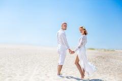 Jour du mariage Jeunes couples heureux dans l'amour Mariée et marié sur la plage Image stock