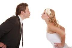Jour du mariage Jeunes mariés heureux de couples de portrait Images stock