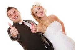 Jour du mariage Jeunes mariés heureux de couples de portrait Image stock