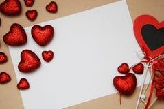 Jour du ` s d'amour et de Valentine La carte de voeux avec le rouge Shinny les coeurs de scintillement et le blanc blanc pour le  Photographie stock