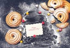 Jour du ` s de femmes, biscuits faits maison arrosés avec le suga en poudre Images libres de droits