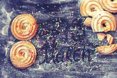 Jour du ` s de femmes, biscuits faits maison avec la poudre de sucre, PS multicolore Image libre de droits