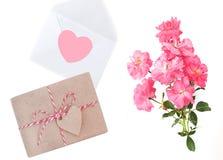 Jour du `s de mère Jour du `s de femmes Jour du ` s de Valentine, fond d'anniversaire Roses fraîches et enveloppe, cadeau Photos stock