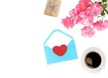Jour du `s de mère Jour du `s de femmes Jour du ` s de Valentine, fond d'anniversaire Roses fraîches et enveloppe, cadeau Configu Images stock