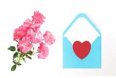 Jour du `s de mère Jour du `s de femmes Jour du ` s de Valentine, fond d'anniversaire Roses fraîches et enveloppe Configuration d Photos libres de droits